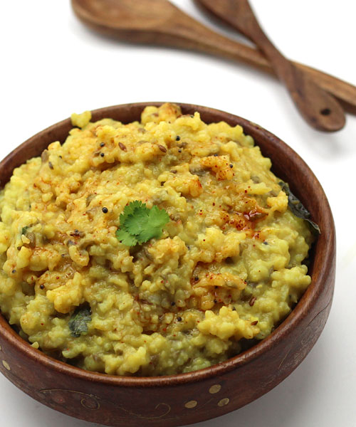 Recipe of Gujarati Khichdi with Garlic Tadka